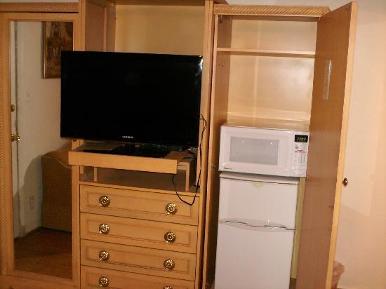 Santa Fe Trail Inn: Fridge and Microwave