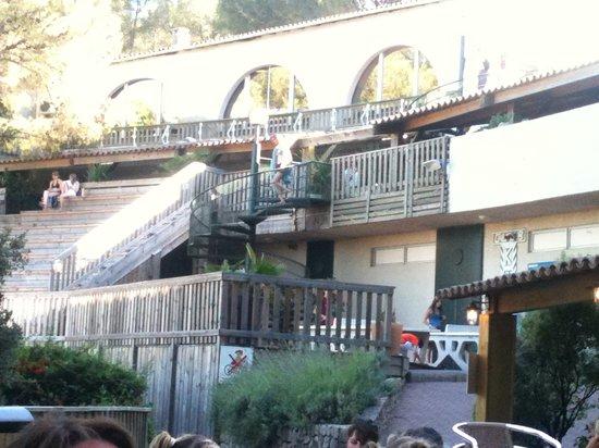 Holiday Green Resort & Spa : escalier pour aller a la superette
