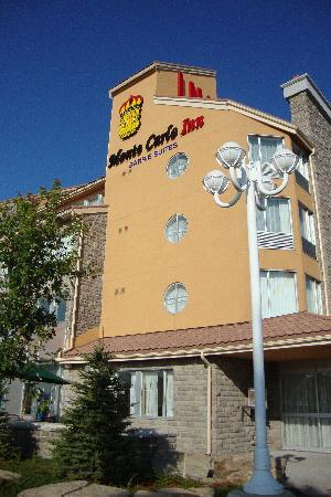 Monte Carlo Inn - Barrie Suites: Monte Carlo Inn from outside