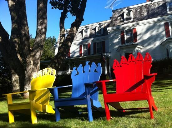 The Harbour Cottage Inn: chairs on the front lawn perfect for reading a book while drinking hot tea or coffee