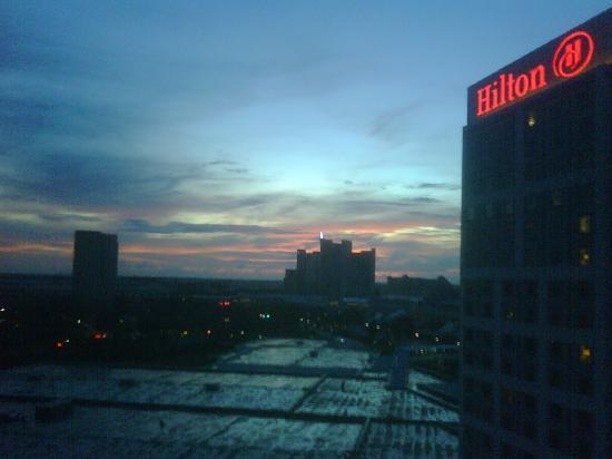 ฮิลตั้น ออแลนโด้ ออเรนจ์ คันทรี่ คอนเว็นชั่น เซ็นเตอร์: sunset view out our window
