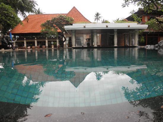 ปุรีซานเตรียนบีชรีสอร์ทแอนด์สปา: Main pool with bar at the rear