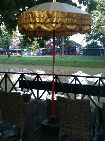 Bopha Siem Reap Boutique Hotel: Riverside area to relax and enjoy the view