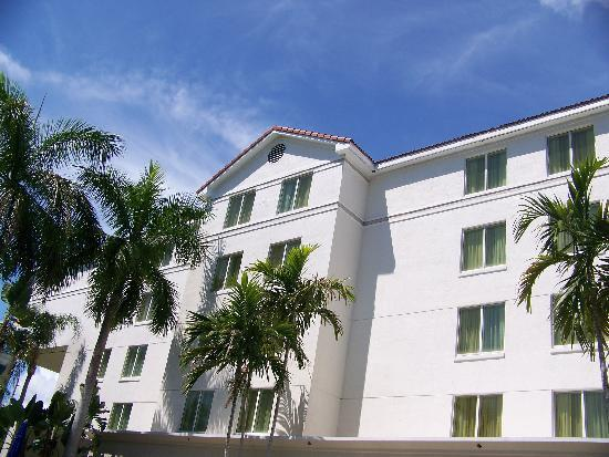 SpringHill Suites Boca Raton: Rear of hotel - view from pool