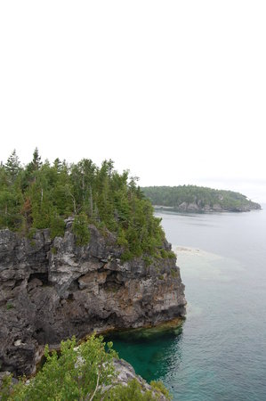 Tobermory, Canadá: Just one of the cliffs at the Grotto