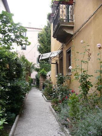 B&B Casa delle Rose: Outside the hotel