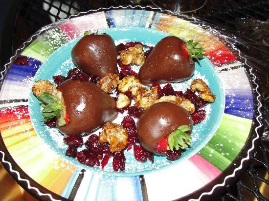Kokopelli Inn: Nice Plate of Chocolate, Cranberries & Walnuts
