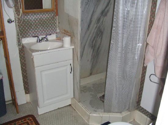Ken's Place: dirty bathroom. No glasses