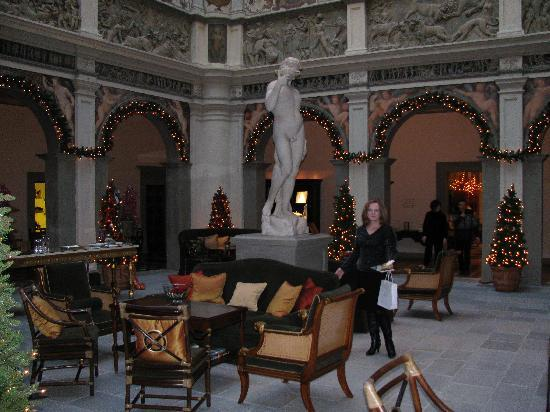 Four Seasons Hotel Firenze: Central lobby area