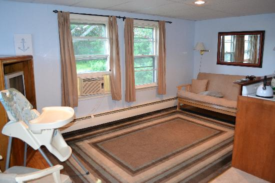 The Cape Porpoise Motel: efficiency apartment living room