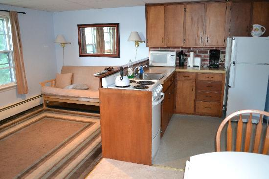 The Cape Porpoise Motel: efficiency apartment living room 2