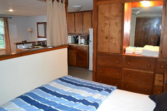 The Cape Porpoise Motel: efficiency apartment bedroom