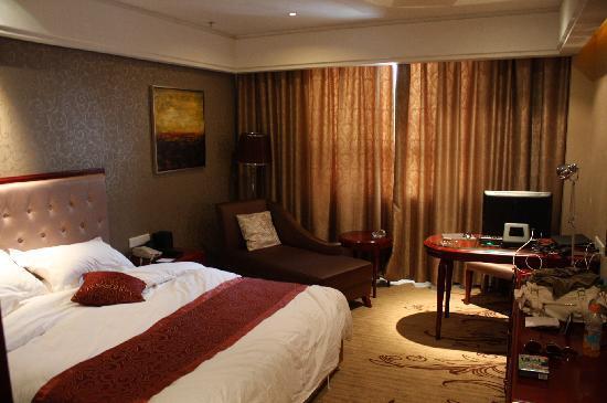 Xinhe Zhongzhou International Hotel: Room with computer