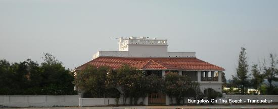 Tharangambadi, Inde : The front view of the Bungalow shot from the fort
