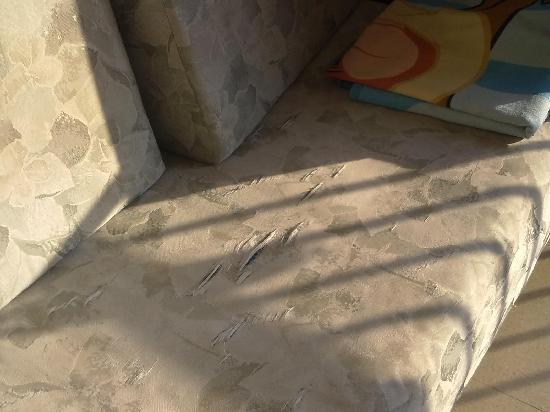 Farkonia Apts (Protaras): Torn sofa
