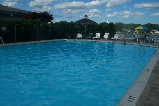 Crystal Point Inn: clean and huge pool