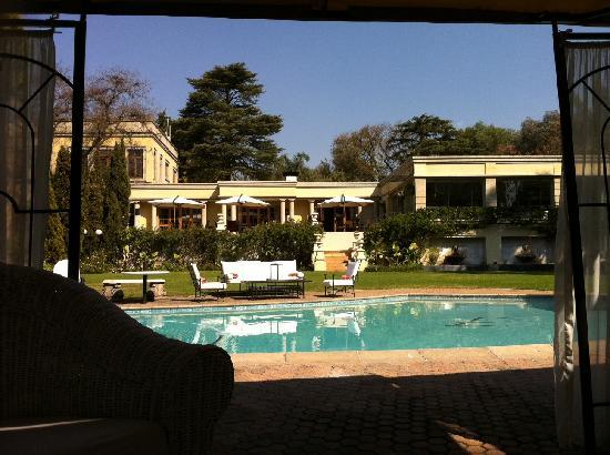 Fairlawns Boutique Hotel & Spa : View from the lounge area next to the pool (end of winter, impressive)