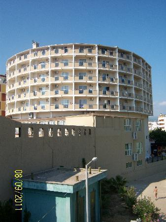 Lioness: Здание отеля, фото с моста