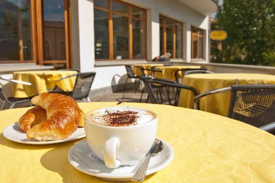 Laagers Hotel Garni: Terrasse mit Cappuccino