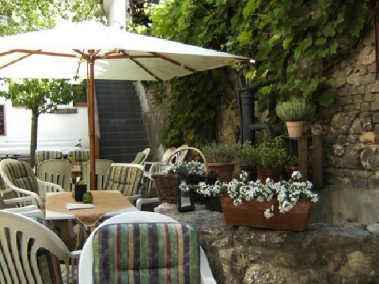 Weinstube Zur Angela-Gastehaus: View of the cosy terrace (summer)