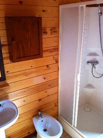 Devesa Gardens Camping & Bungalows: baño completo cabaña