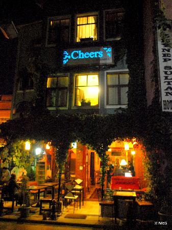 Cheers Hostel: Cheers at night