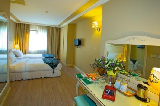 Raymond Hotel: ,