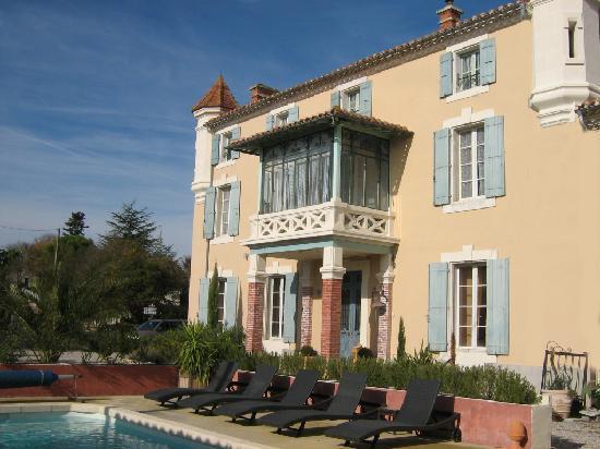 Chateau Coquelicot: facade avant avec la piscine chauffée