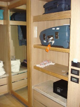 Nap Patong: armadio, specchio, cassaforte