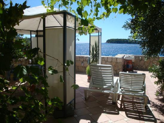 Apartments Neda: la terrasse devant le studio