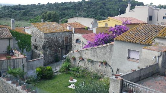 Rabós d'Empordà, España: Rabos - surrounding stone buildings in the neighbourhood