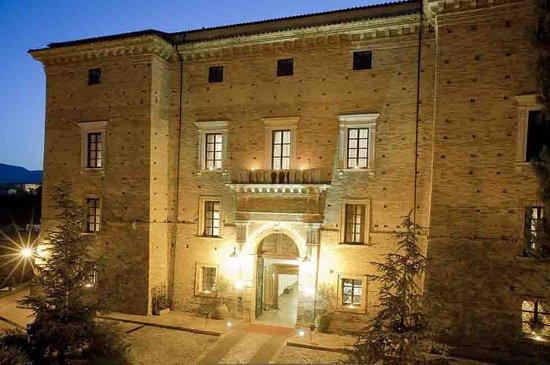 Castello Chiola Hotel: facciata principale Castello