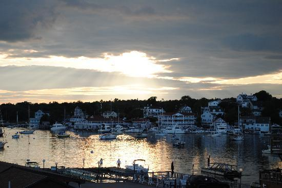 Cap'n Fish's Waterfront Inn: The sunset from our room--wow!