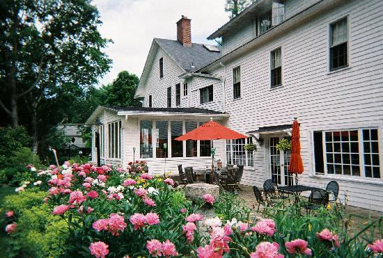 The Williamsville Inn: garden view