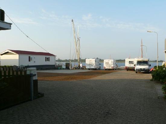 Lauwersmeerplezier: Ein Blick auf die Wohnmobile am frühen Sommermorgen