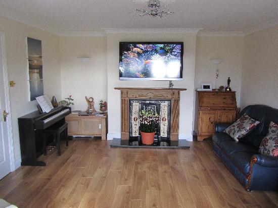 Edencrest Bed and Breakfast: Guest TV/Living Room