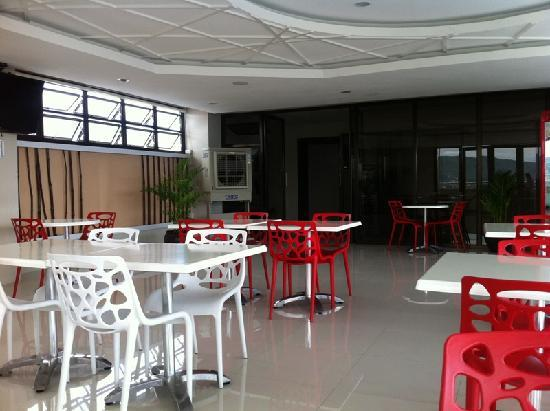 Premiere Citi Suites: roof deck.. looks like an ordinary cafeteria...