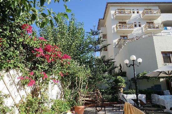 Theartemis Palace Hotel : autour de la piscine