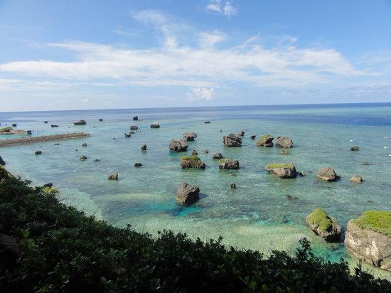 Miyakojima, Japan: 岬の途中の海。ここも絶景。