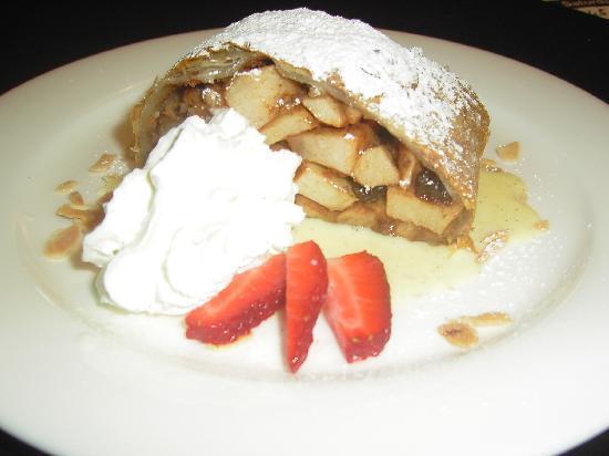 The Williamsville Inn: Bavarian apple strudel