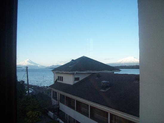 Hotel Cabana del Lago : Vista do hotel para os vulcões Osorno e Cabulco.