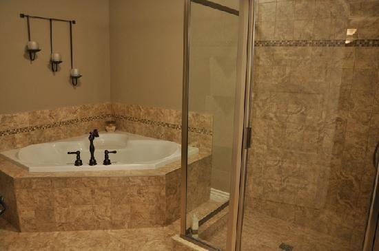 Wilbernics Bed and Breakfast: Ensuite Jacuzzi Tub & Walk-In Glass Shower