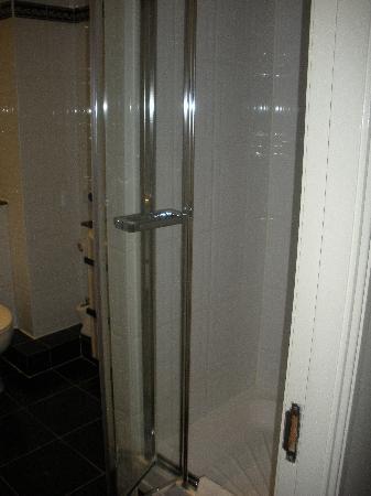 Bagno nuovo con WC e doccia - Picture of The Fleet Street Hotel ...