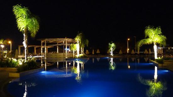 Brilliant Hotel Apartments: Pool area at night