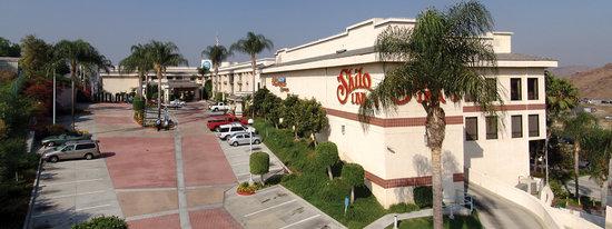 Hilltop Suites Hotel: Shilo Inns Pomona Hilltop Entrance