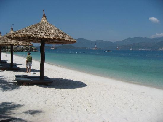 Vinpearl Nha Trang Resort: white sand beach