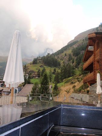 The Omnia: SPA zone jacuzzi with view of Matterhorn
