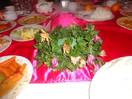 Golden Palace Hotel: table centerpiece we requested roses they give us a dead daisy,s