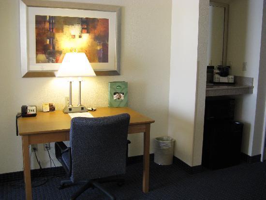 Wingate by Wyndham Spokane Airport: Spokane airport Wingate Inn King room desk, fridge, coffee area