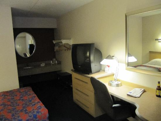 Red Roof Inn Cleveland East - Willoughby : TV and desk area